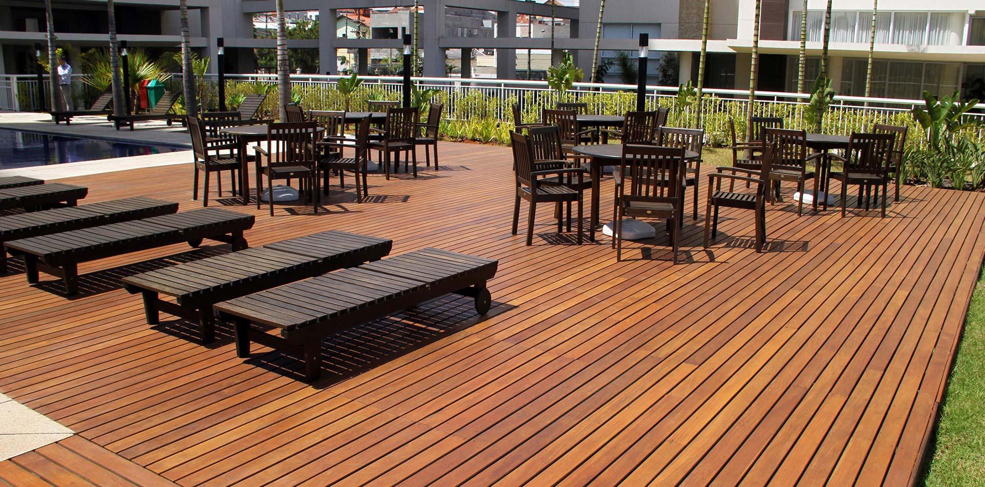 6 dicas de conservação do deck de madeira em áreas com piscina