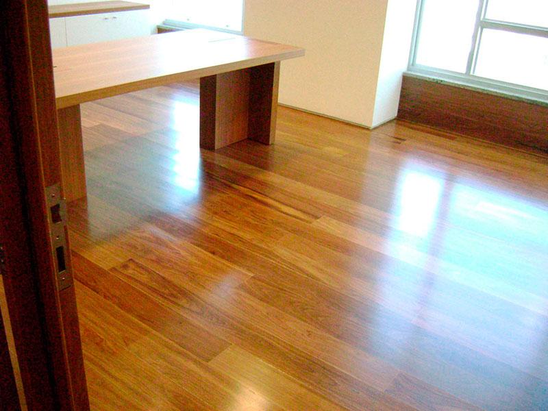 Em quais pisos de madeira se aplica bona?