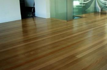 Como remover os riscos do piso pronto de madeira
